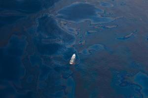 Ett ensamt skepp omringat av olja i Mexikanska golfen. (Foto: kk+/Flickr)